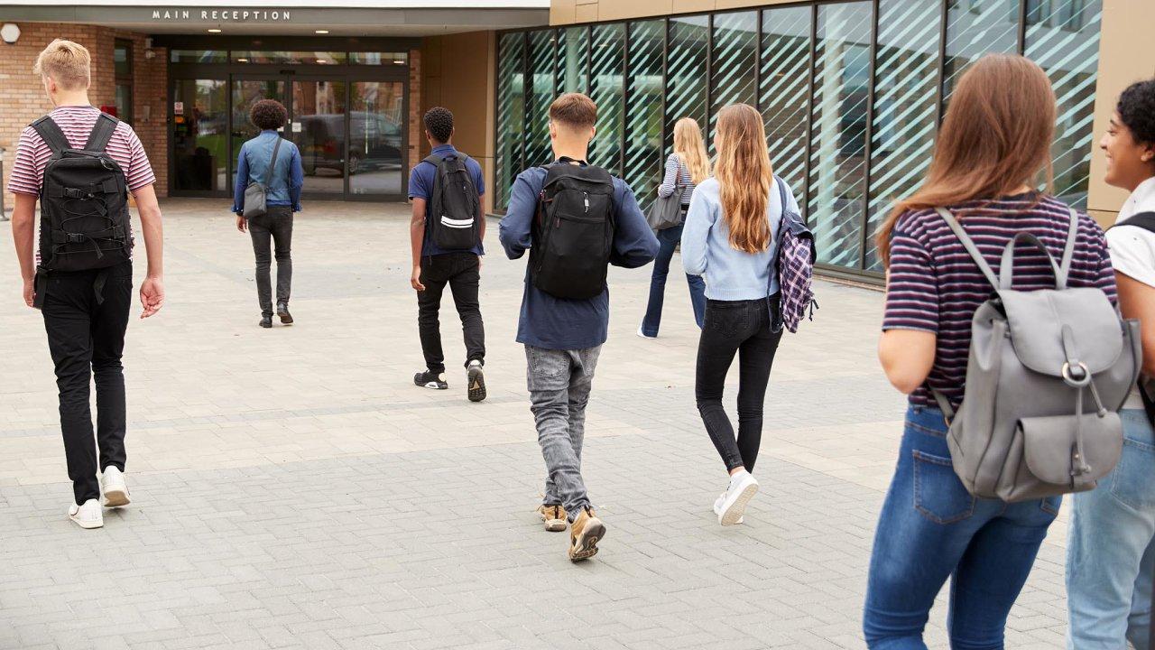 Navíceletá gymnázia odchází vČesku vprůměru deset procent dětí. Zatímco třeba vÚsteckém kraji je to šest procent dětí, vPraze loni zamířilo navíceletá gymnázia 21 procent dětí.