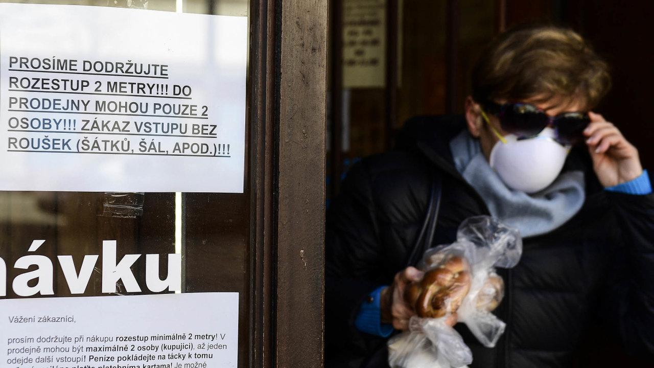 Ven jen srouškou. Jedním zposledních vládních opatření kvůli koronaviru je nařízení sipři odchodu zbytu zakrýt nos aústa. Nasnímku obchod vpražských Vršovicích.