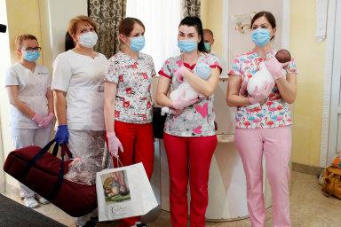 Předávání novorozeňat: Děti porozené náhradními matkami prožily první měsíce života vkyjevském hotelu.