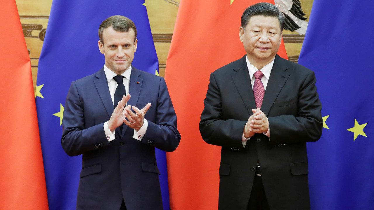 Čínský prezident Si Ťin-pching odmítá nařčení, že Čína onovém koronaviru zamlčovala fakta anyní oněm šíří konspirační teorie. Na snímku s prezidentem Francie Emmanuelem Macronem.