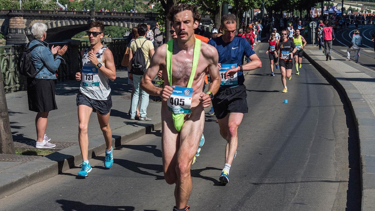 Náhrada běžcům isponzorům: Tři hlavní pražské běžecké akce RunCzech letos nebudou. Aorganizátoři hledají cesty, jak je vynahradit běžcům ahlavně sponzorům.