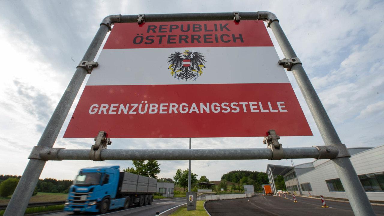Vmasokombinátu vdolnorakouském Eggenburgu vokrese Horn poblíž českých hranic se nově nakazilo koronavirem asi 30 lidí. Nyní se čeká ještě navýsledky dalších 40 testů.