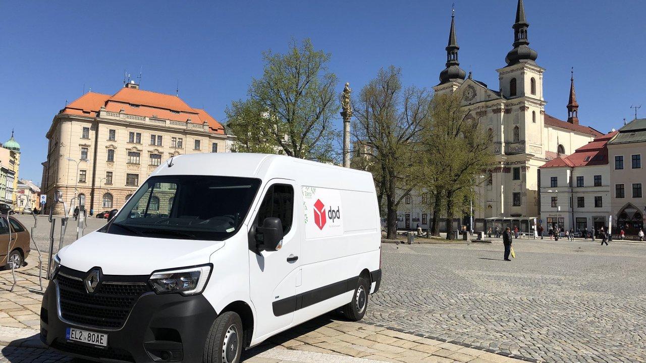 Renault Master Z. E. může kurýrům pomoci s doručováním v náročnějším dopravním provozu. Při běžném provozu umožňuje reálný dojezd až 120 kilometrů.