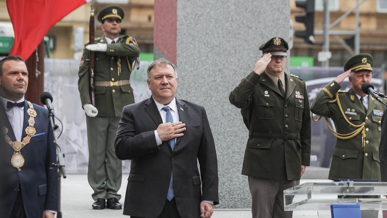 Ministr zahraničí USA Mike Pompeo upamátníku Díky, Ameriko!
