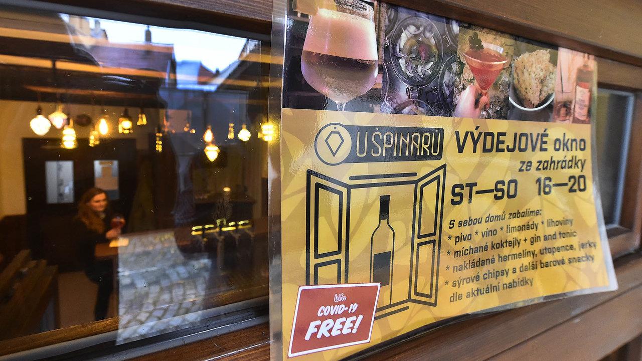 Odstředy musí všechny restaurace nebo bary pocelém Česku minimálně natři týdny zavřít. Zákazníkům mohou podle nařízení vlády prodávat jídlo pouze přes výdejní okénko doosmi hodin večer.