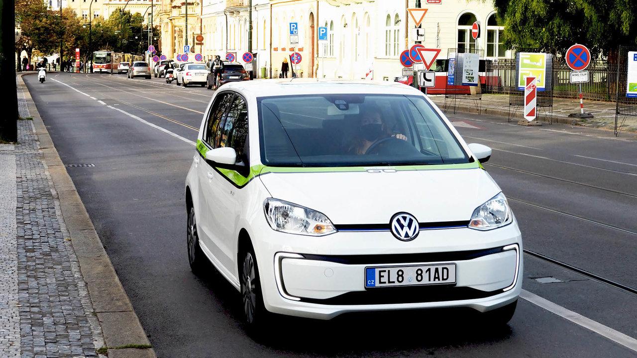 GreenGo přišel scarsharingem doPrahy nazačátku letoška. Nabízí zde asi stovku vozů Volkswagen e-up! Sautem se možné jezdit imimo město, ale vrátit jde jen vtakzvané servisní zóně– což je především Praha 1 a2.