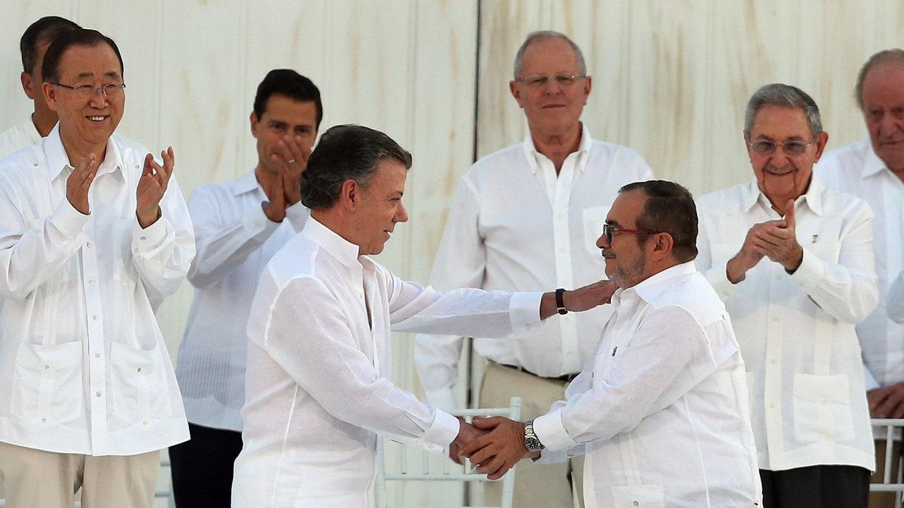 Kolumbijský prezident Juan Manuel Santos (ve středu vlevo) a vůdce FARC Rodrigo Londono uzavřeli po půl století mír.