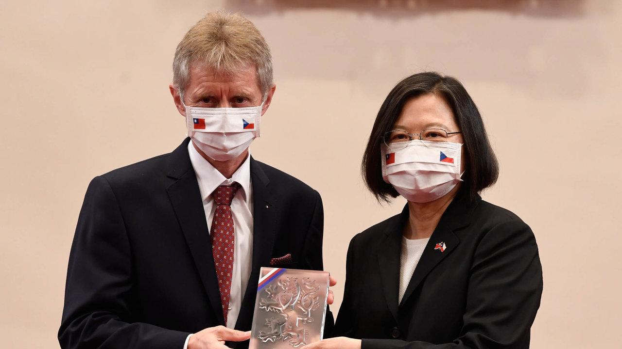 Dar proti viru: Cesta předsedy Senátu Miloše Vystrčila naTchaj-wan (nasnímku stchajwanskou prezidentkou Cchaj Jing-wen) přinesla Česku nabídku strojů navýrobu roušek arespirátorů.