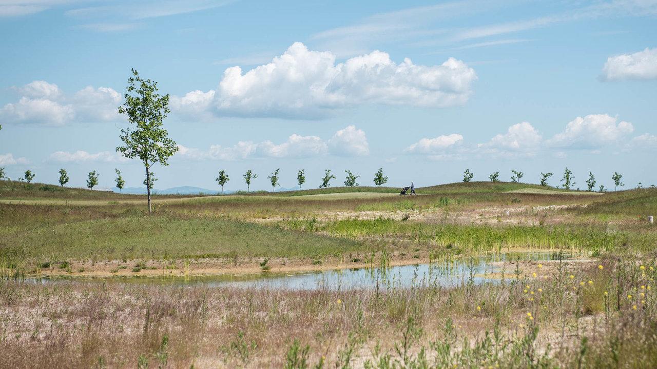 Recyklace nagolfu. Použitá voda pomáhá zavlažit nové hřiště Twin Chapels Golf Clubu vPraze-Vinoři. Spolu sním tu vzniklo pět jezírek amokřad (dvakrát nahoře).