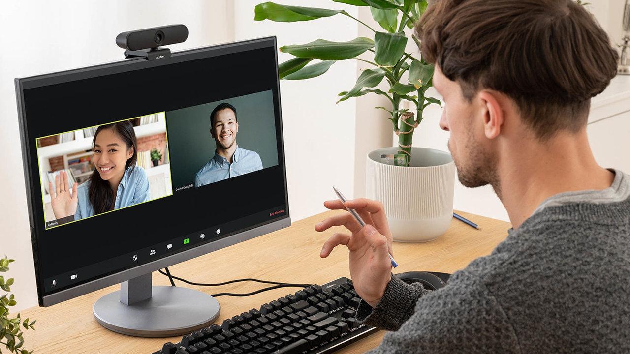 Vpraxi kamerka překvapí širokým úhlem záběru 110°, což oduživatele vyžaduje, aby si před videohovorem uklidil celý stůl.