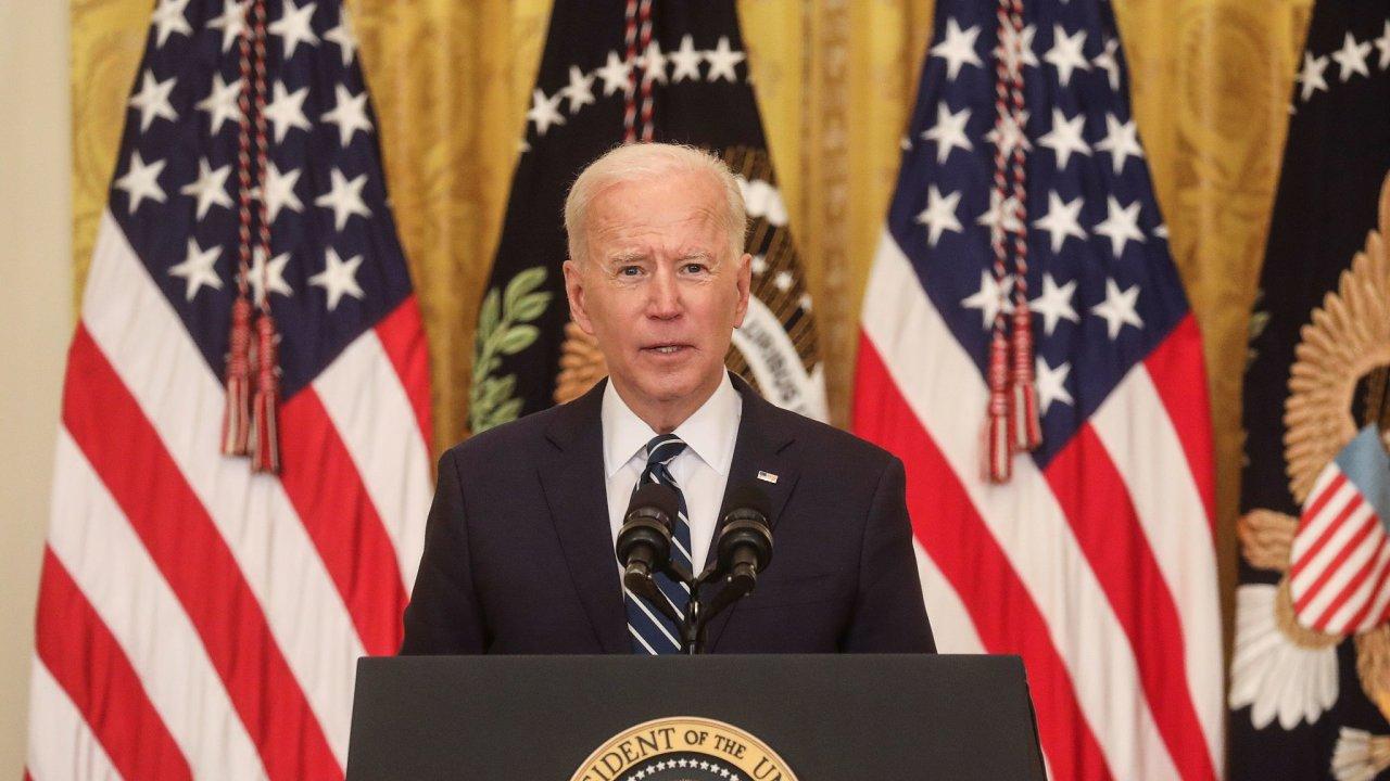 Biden své první tiskové konference v roli hlavy státu slíbil, že do sta dnů jeho mandátu bude v USA podaných 200 milionů dávek vakcín proti covidu-19.