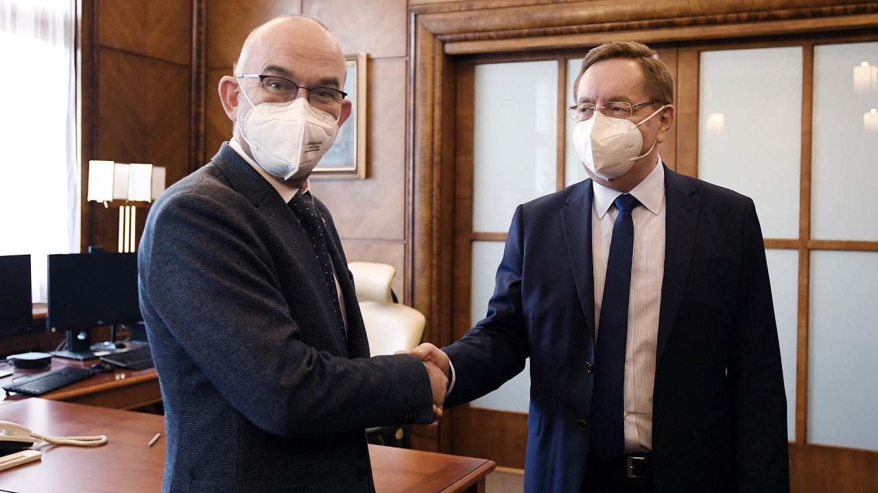 Odcházející ministr Jan Blatný se stavěl proti Sputniku, jeho nástupce Petr Arenberger rychlejší užití látky připouští.