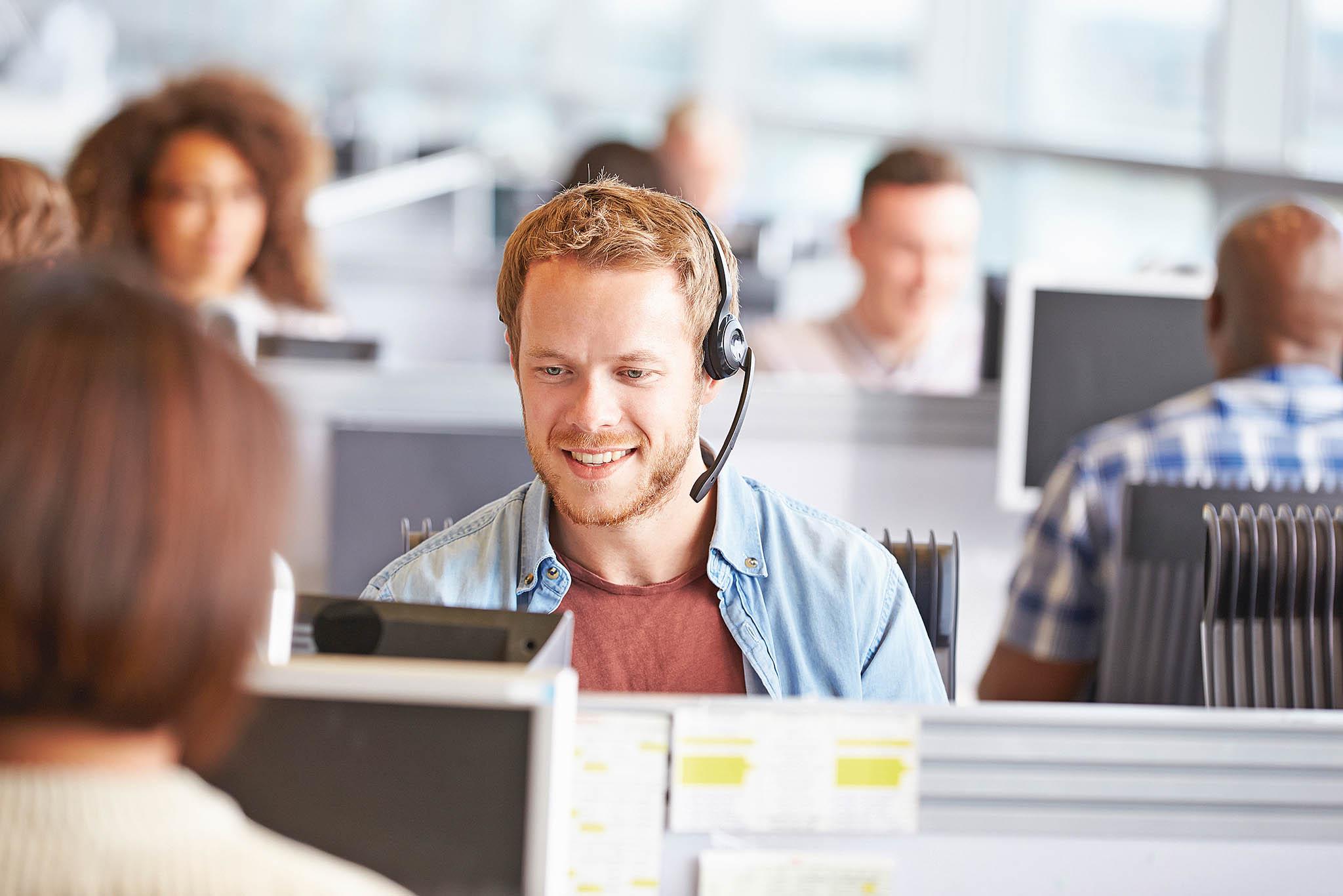 Pomocí chatbotů a voicebotů je možné odbavit většinu opakujících se dotazů a požadavků zákazníků a snížit tak nápor na operátory kontaktních center.