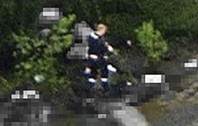 Detail fotografie: střelec mezi svými oběťmi