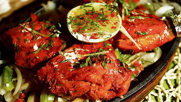 KUŘE TANDOORI. Šťavnaté kousky kuřecího masa ochucené zázvorem, česnekem, koriandrem, kardamomem a kořením Garam masala z doruda rozžhavené pece Tandoor.