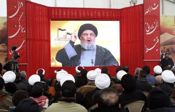 Stoupenci hnutí Hizballáh sledují svého lídra šajcha Hasana Nasralláha