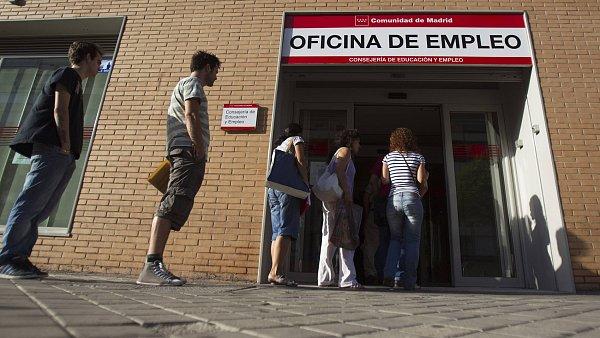 Každý čtvrtý Španěl je bez zaměstnání. Na snímku fronta před úřadem práce v Madridu.