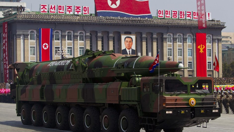 Vojenská přehlídka k výročí narození zakladatele KLDR Kim Ir-sena (snímek z 15. dubna 2012)