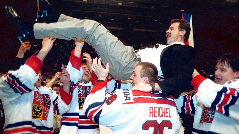 Finále MS v ledním hokeji, ČR-Kanada, 1996. Čeští hokejisté vyhazují do vzuchu asistenta trenéra Slavomíra Lenera.