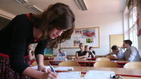 Prominout zkoušku ale mohou jen školy, které mají ve školní části povinnou maturitu ze tří předmětů - Ilustrační foto.