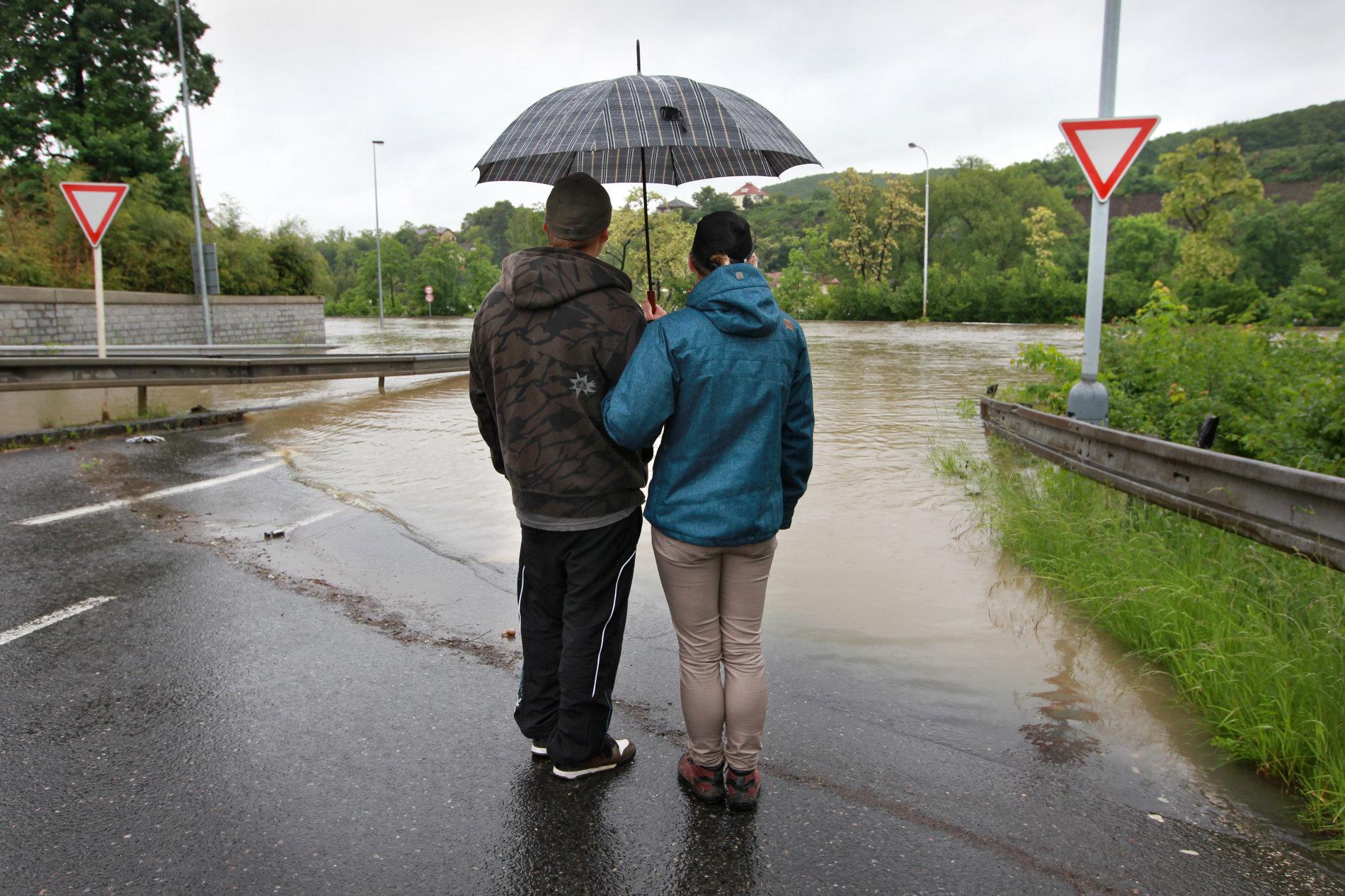 V Praze Zbraslavi velká voda v pond�lí zaplavila most Závodu míru