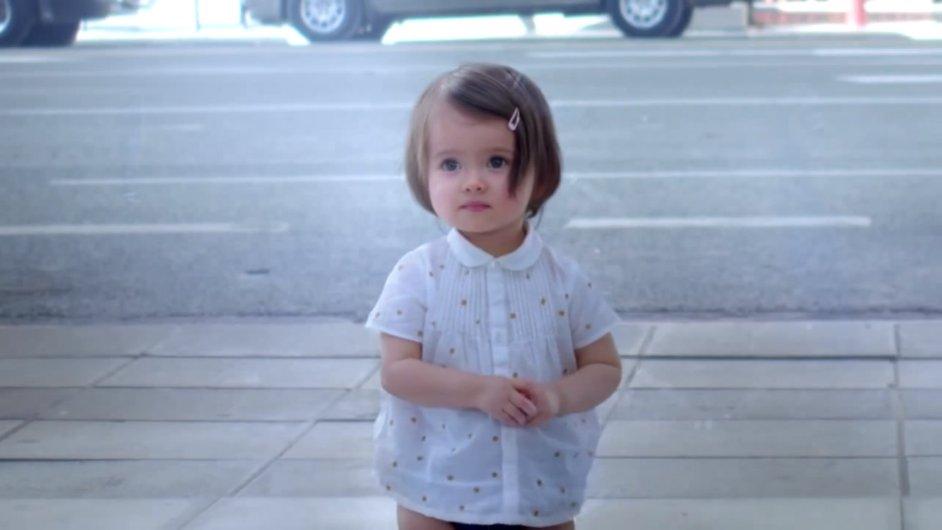 Snímek z reklamy Evian babies