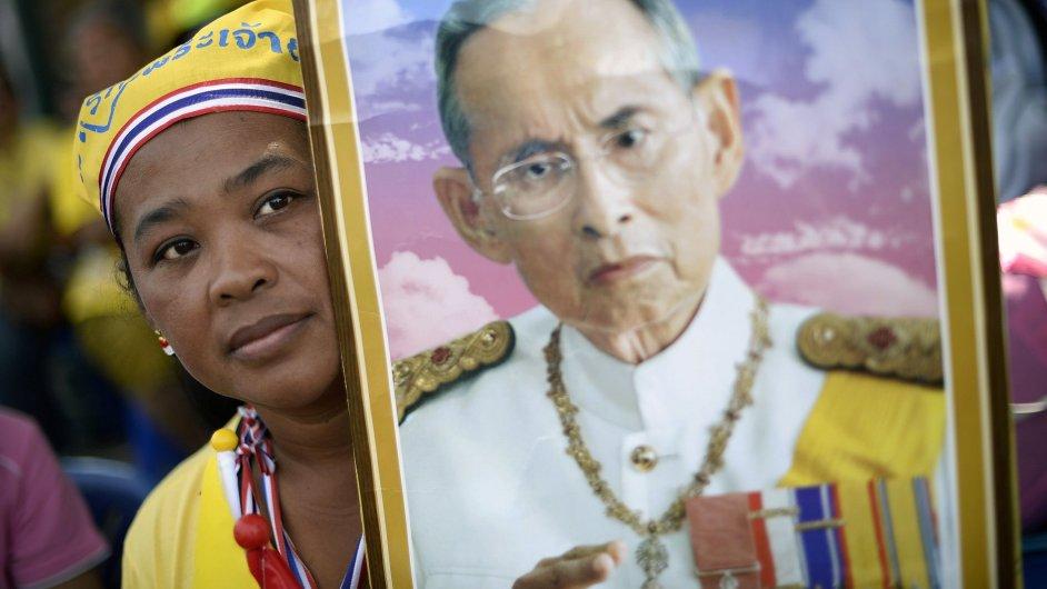 Protivládní demonstrantka v Thajsku s portrétem tamního krále