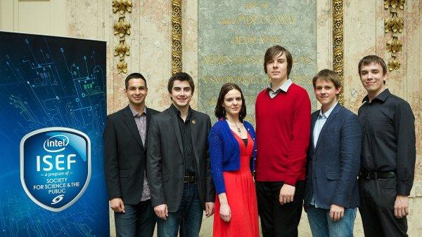 O víkendu odlétá šestice mladých vědců (na snímku) do USA. Budou bojovat o medaile na mezinárodní soutěži mladých vědců Intel ISEF 2014.