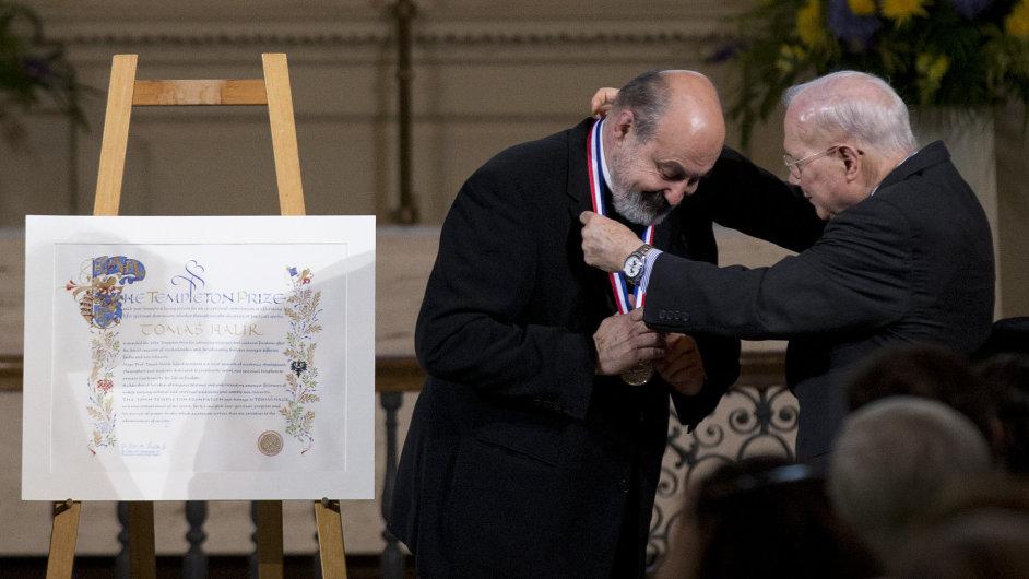 Český kněží a filozof Tomáš Halík převzal Templetonovu cenu. Na snímku s prezidentem Templetonovy nadace Johnem Templetonem jr.