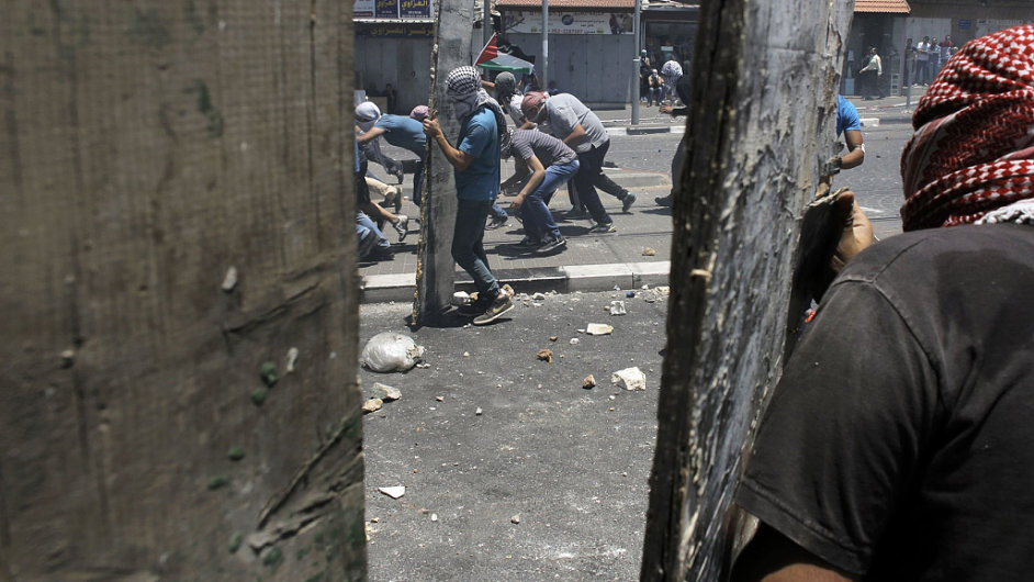 Nepokoje ve čtvrti Šu'afat po pohřbu zavražděného palestinského chlapce