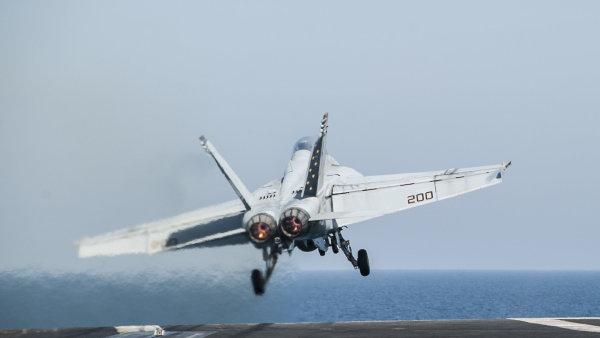 Americká stíhačka startuje z letadlové lodi George W. Bush - Ilustrační foto.