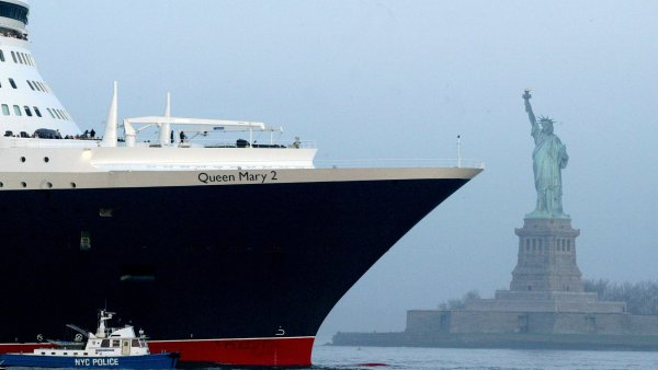 K ve�e�i v saku, ale sn�dani klidn� a� do kajuty. Pravidla na Queen Mary 2