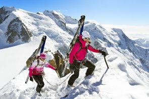 Při volném sjezdu ve francouzských Alpách se sněhem nebojujte