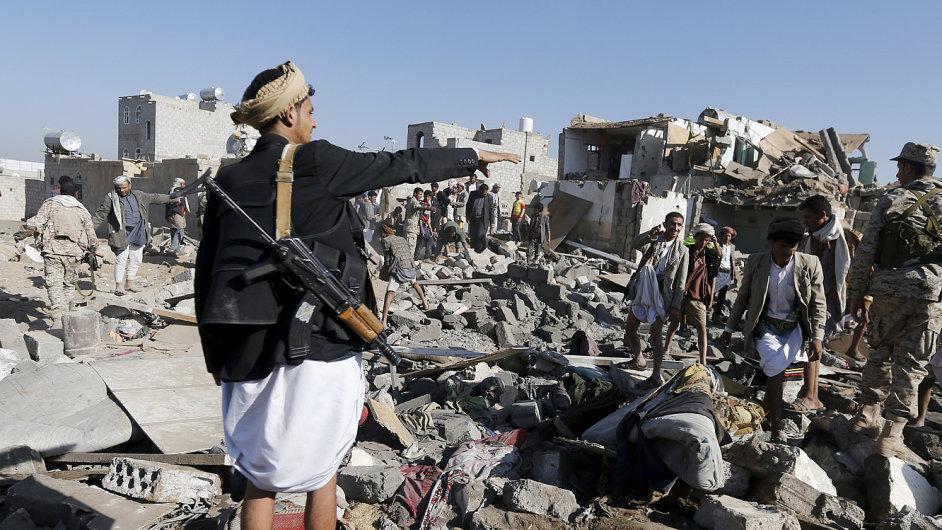 Útok rebely neotřásl: Letouny Saúdské Arábie a jejích spojenců zničily v noci na čtvrtek letiště a sklady balistických raket šíitských povstalců z kmene Hútíů v San'á.