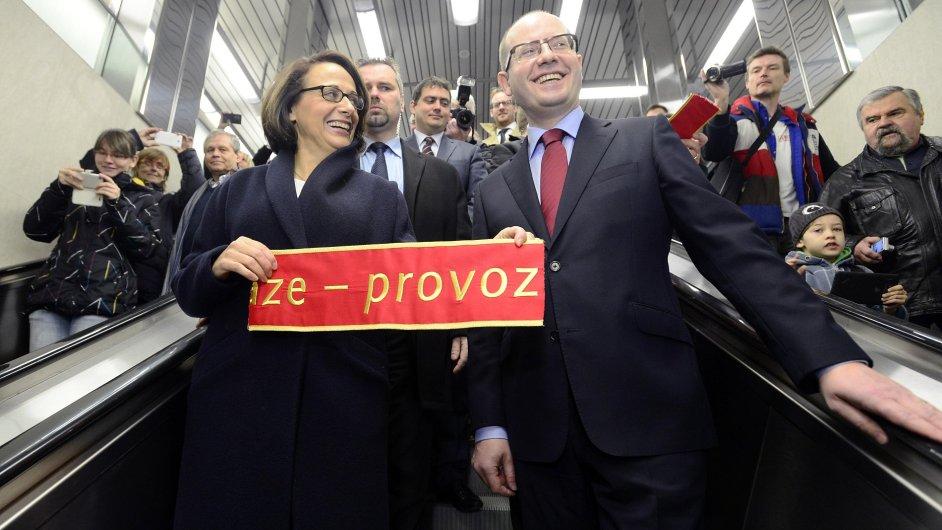Pražská primátorka Adriana Krnáčová a premiér Bohuslav Sobotka slavnostně uvedli do provozu nový úsek trasy A pražského metra.