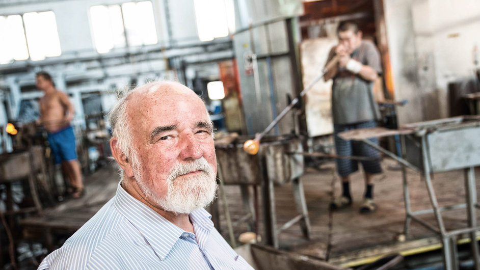 Poslední šéf rodinné firmy: Jiří Rückl pokračoval v Nižboru od roku 1992 s výrobou v rodinné sklárně. Kvůli propadu zahraniční poptávky a havárii pece má firma dluhy v desítkách milionů.