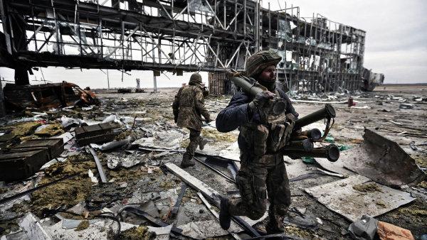 Na snímku zničené doněcké letiště, jak ho při psaní své reportáže nafotil Sergej Lojko.