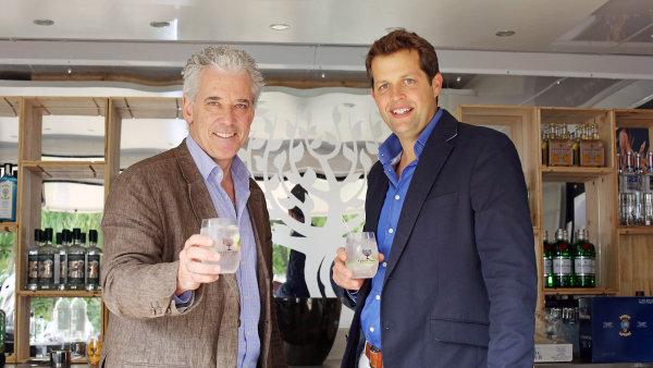 Zakladatel a šéf společnosti Fever Tree Tim Warrillow (vpravo) a jeho společník Charles Rolls.