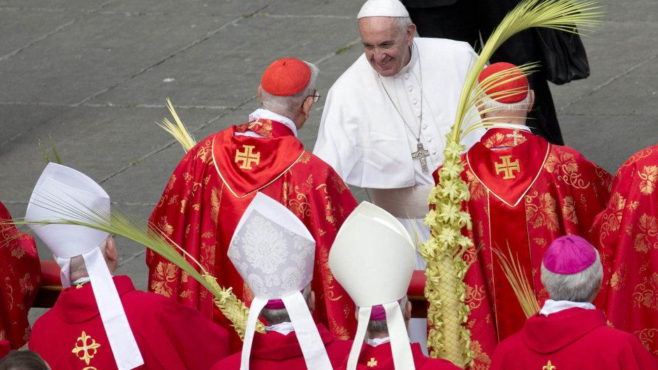 VŘímě požehnal palmové ratolesti papež, vPraze pražský arcibiskup.