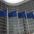 Vlajky p�ed s�dlem Evropsk� komise