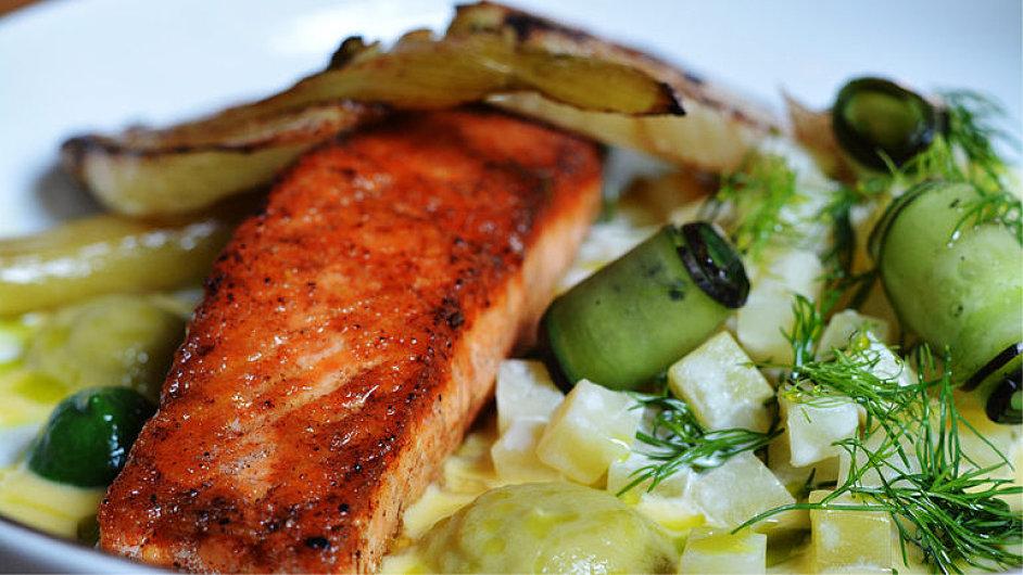 Restaurace Nejen Bistro láká na lososa s fenyklem.