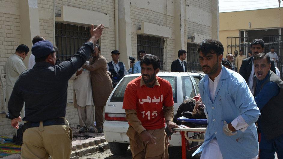 Dobrovolníci pomáhají zraněným po útoku v pákistánském městě Kvéta.