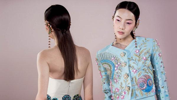 Pařížský týden módy haute couture už se netýká pouze šatů namíru, značky prezentují mimo oficiální kalendář své pret-a-porter linie, upravují se ijindy tak úzkostlivě dodržovaná pravidla.