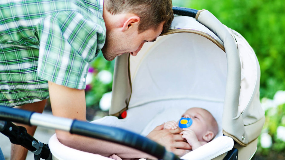 Táta naplný úvazek:Liga otevřených mužů říká, že zůstat doma sdítětem chce 10 procent otců.