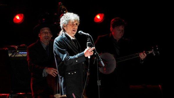 Bob Dylan vloni jako první hudebník v historii obdržel Nobelovu cenu za literaturu.