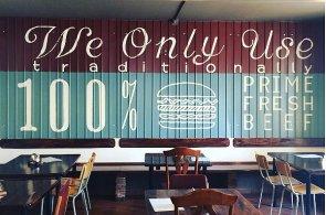 Zápisky protivného hosta: Burgery, steaky, žebírka. Let's Meat láká na masové variace