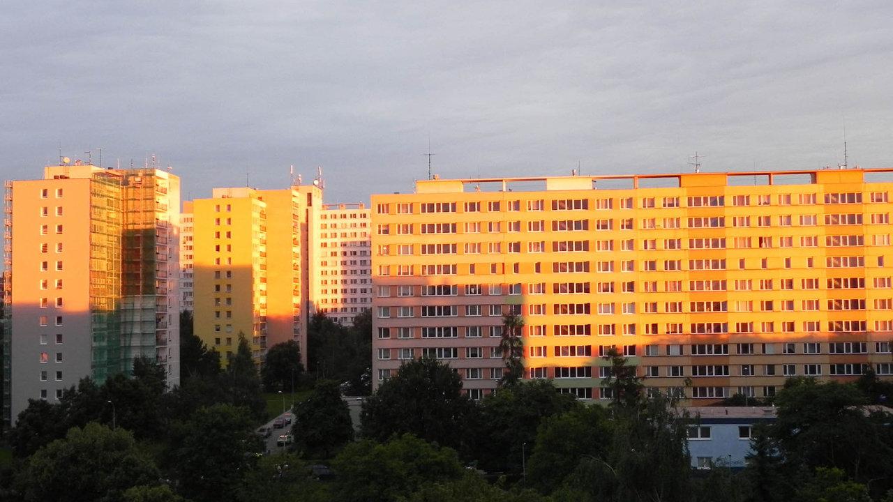 Barevné paneláky: O panelové domy, které prošly celkovou rekonstrukcí, je větší zájem. Byty v nich jsou dražší.