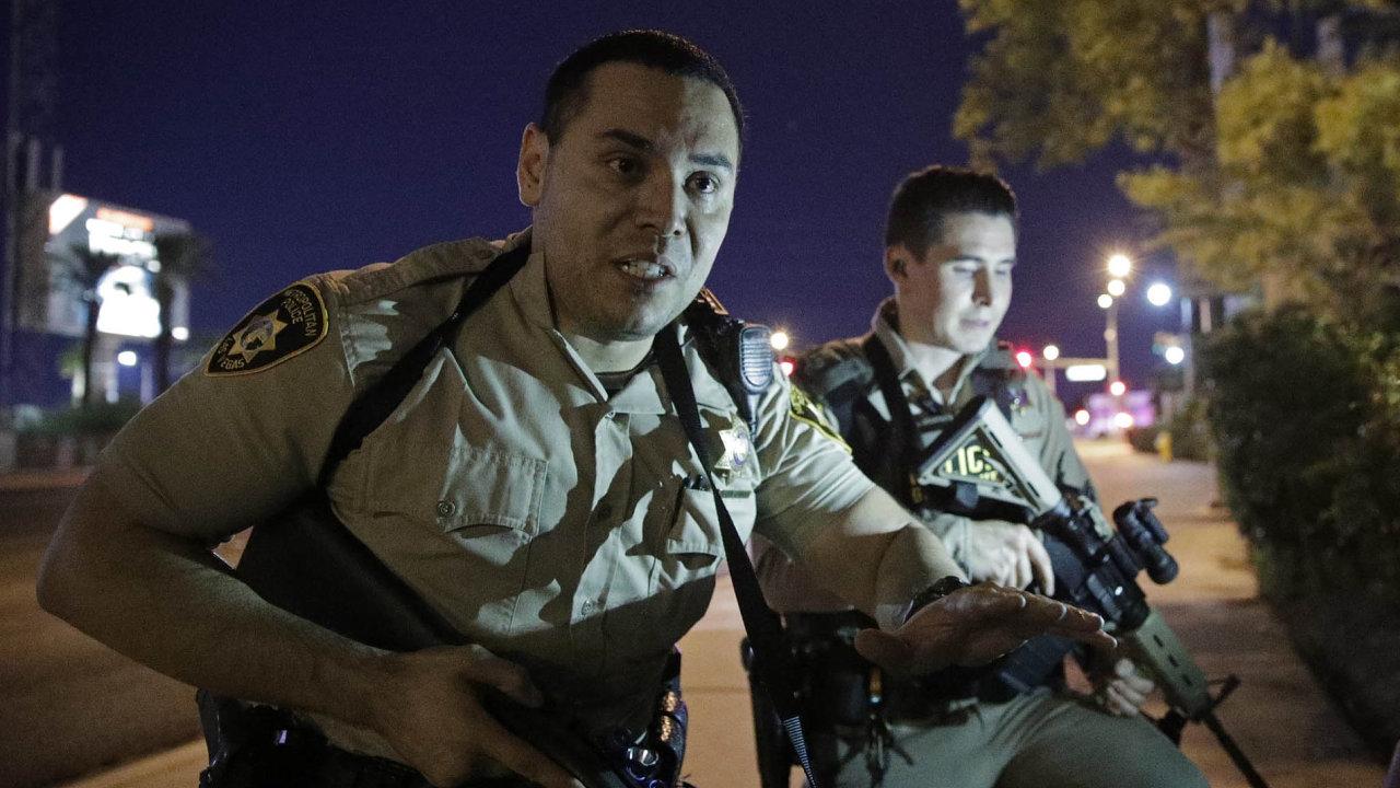 Stephen Paddock, 64letý Američan, zabil vLas Vegas 50 lidí. Kútoku se přihlásila teroristická organizace Islámský stát. Policie ojeho spojení steroristy pochybuje.
