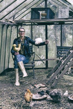 Tereza Janečková ve svém domácím kurníku za Prahou.