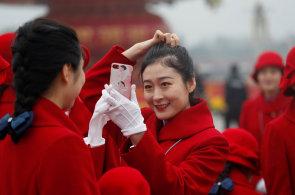 Dámy v červeném, vojáci a kroje. Začal sjezd čínských komunistů, dva tisíce delegátů vyberou vedení země a upevní moc Si Ťin-pchinga